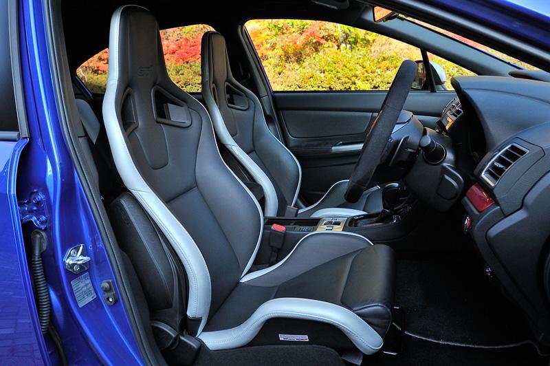 ブラックとシルバーアクセントのセミアリニンレザーを使ったシートは、スポーツドライビングで身体を支えるだけでなく、ロングドライブでの疲労軽減効果もあるとアピール