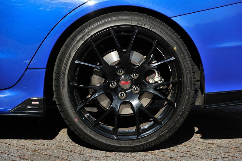 タイヤは全車255/35 R19 92Yのダンロップ SORT MAXX RTを装備、NBR CHALLENGE PACKAGE(写真)は塗装が標準のシルバーからブラックに変更される