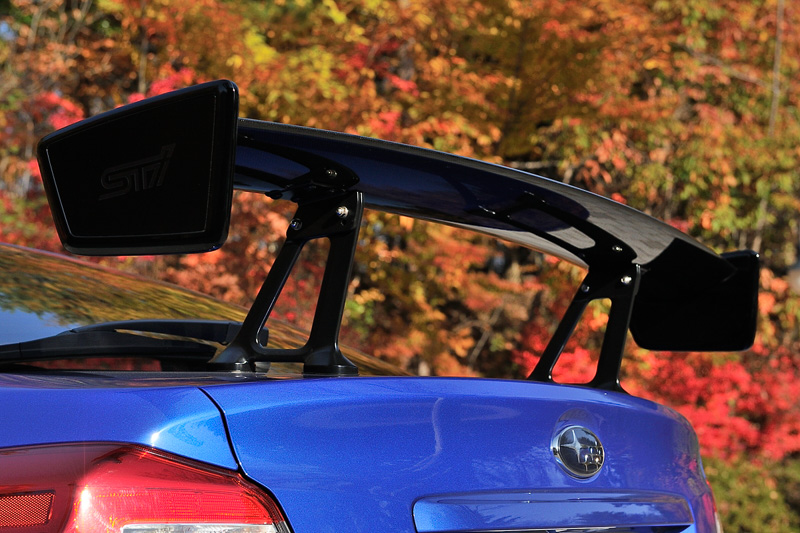 NBR CHALLENGE PACKAGEは大型のドライカーボンリアスポイラー、専用エンブレムなどを装着