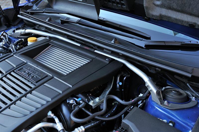 エンジンルーム内の「フレキシブルタワーバーフロント」のように目につきやすいところだけでなく、フロア下の「フレキシブルドロースティフナーフロント」「ピロボールブッシュ・リアサスリンク」「フレキシブルサポートサブフレームリア」といったボディ剛性の強化アイテムを多数装着