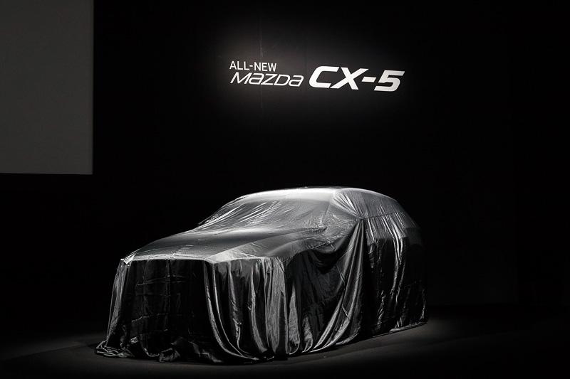 ステージ上でアンベールを待つ新型「CX-5」