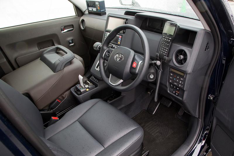 ドライバーの操作しやすさを重視した次世代タクシーの前席。センターコンソールのドライバー側のみに日報など乗客の目に触れなくていいものを収納するスペースの開口部がある。助手席のヘッドレストは収納式で後席に座る乗客の前方視界を妨げないようになっている。ステアリングスポークの右手側にハザードランプのスイッチをレイアウト