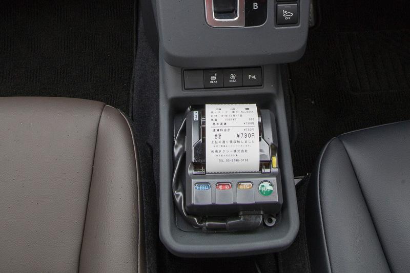 タクシーメーターや領収書の発券機、電子マネーの読み取り機などを装備