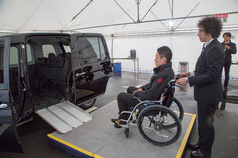 車いすの乗り込み実演。助手席を起こし、積載している折りたたみ式スロープをセット。ドライバーが車いすを押して車内に迎えたあと、タイダウンベルトで車いすを固定。リアシートは分割可倒式なので、付き添いの人が車いす右側の座席に座ることも可能。スライドドアの開口幅はJIS規格の車いすの横幅に合わせるため、シエンタなどより広く開くようになっている