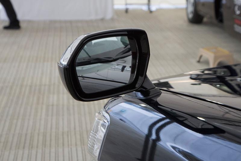 ドライバーからの意見を取り入れたフェンダーミラー。大型で死角が少ない構造。デザイン的も優れていて新しい世代のボディともマッチしている。標準車はミラーのボディは黒となる