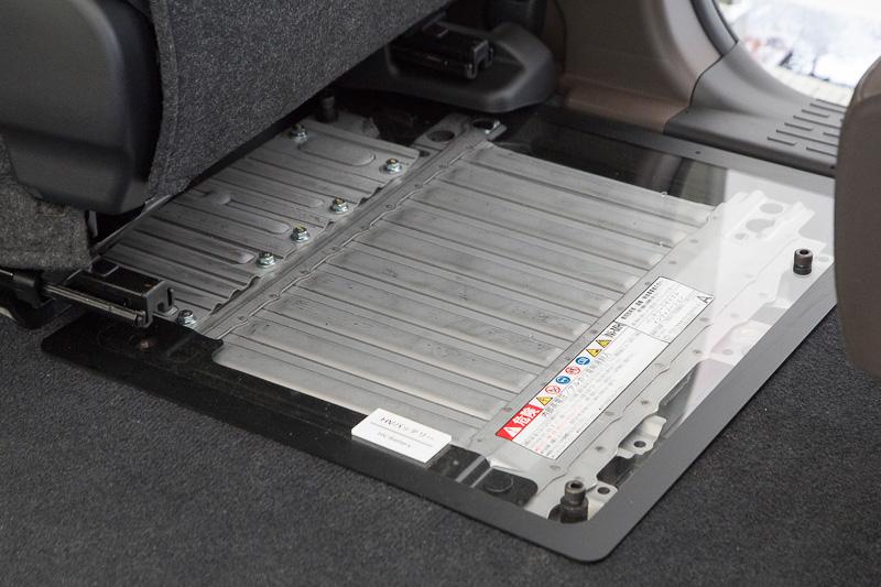 タクシー用ハイブリッドということで対策されているのがバッテリーの冷却系。シエンタ同様、助手席シート下にバッテリー冷却用のダクトがあるが、ここのフィルター交換が容易になっている。ハイブリッドシステムはシエンタ用をパーツ強度を高めるなどの対策を施して搭載。機能面で新しいところはないという