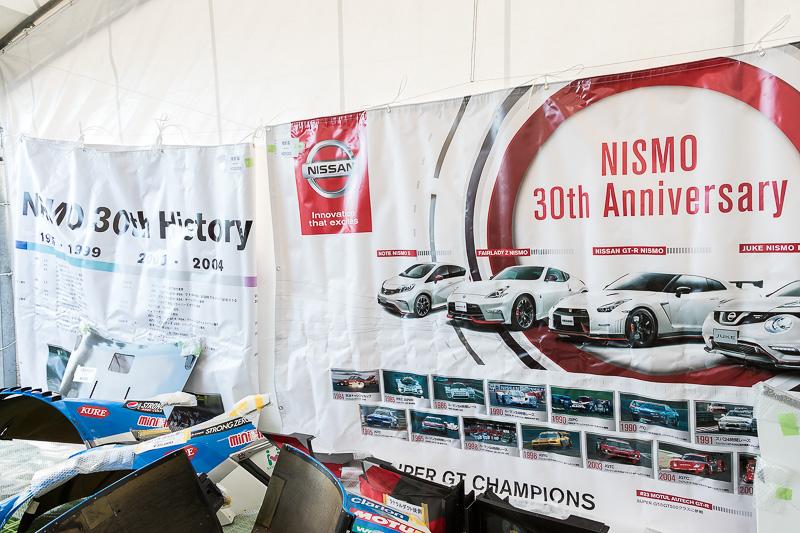 レース車両のパーツが販売される大人気のガレージセール。今年の高額商品はこの30周年記念幕