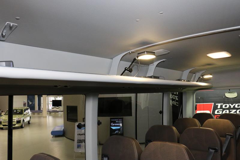 新型コースターのルーフトリム上部には、乗員から見えない内側に50×50mmサイズのアルミテープ4枚を設置。帯電した空気の電圧を下げて走行性能と居住性の向上を図っている