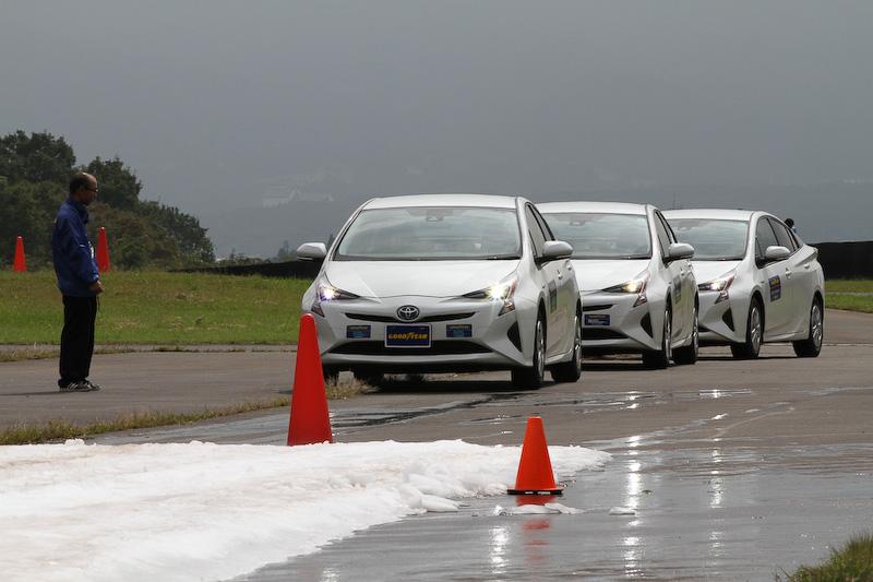 ショートコース上に雪を撒いて3タイヤのフィーリングの違いも確かめられた