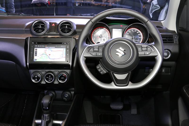 HYBRID RSはシルバーステッチ、シルバーガーニッシュを持つ本革巻ステアリングを標準装備