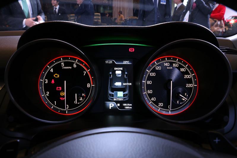 刺激的な大型2眼式メーターのあいだにマルチインフォメーションディスプレイを全車標準装備。HYBRID RSとHYBRID MLはエネルギーフローインジケーター付きとなる