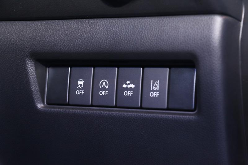 セーフティパッケージ装着車はインパネ右側に自動ブレーキ機能などのOFFスイッチを設定