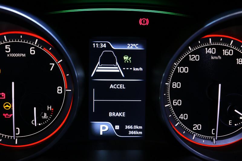 マルチインフォメーションディスプレイの表示内容。燃費関連情報のほか、エネルギーフローインジケーター、エンジンのパワー&トルク情報、モーション表示などもチェックできる。RS、XL、XGは写真のようなカラー表示ではなく、単色表示ディスプレイを採用する