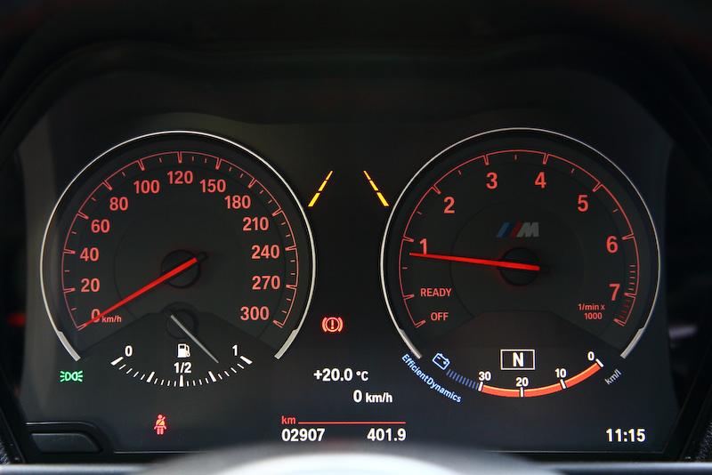 Mの文字が刻まれるメーターまわり。スピードメーターは300km/hまで刻まれる