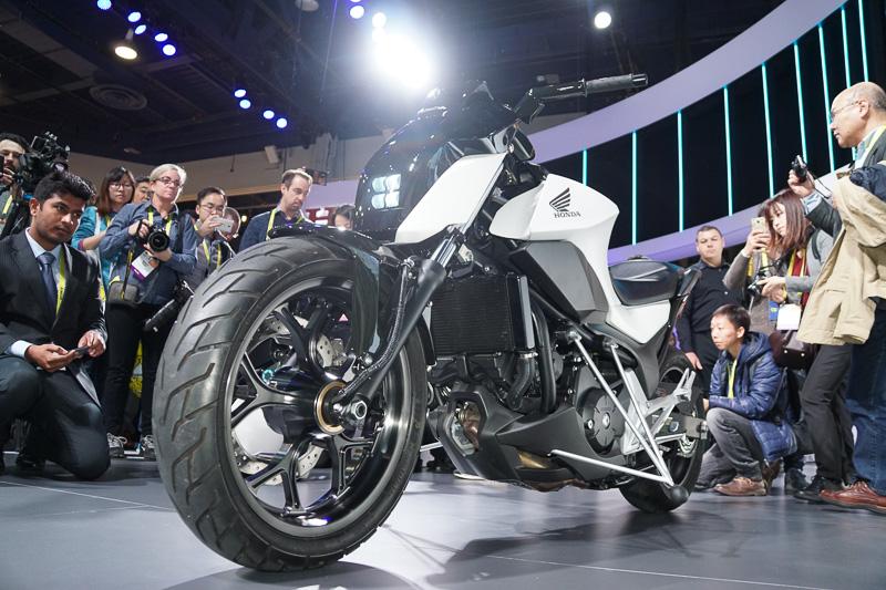ホンダが世界初公開した、ライダーが乗っていても、乗っていなくても自立する2輪車「Honda Riding Assist」