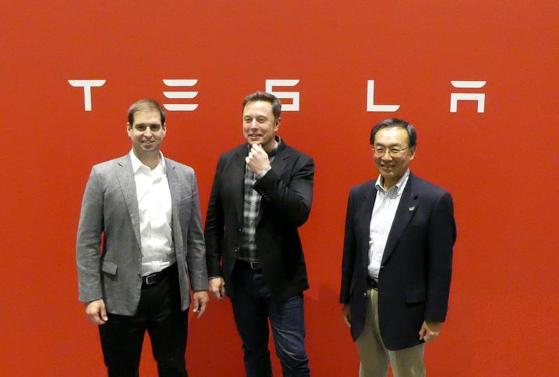 ギガファクトリーでの会見に出席した(左から)テスラモーターズのJB・ストローベルCTO、イーロン・マスクCEO、パナソニック株式会社の津賀一宏社長