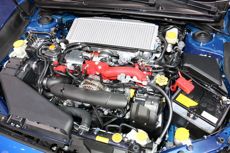 WRX STIは、EJ25型の水平対向4気筒2.5リッターターボエンジンを搭載