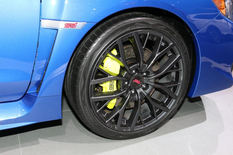 245/35 R19サイズのタイヤを採用。ブレーキキャリパーはイエローカラーに塗装されている