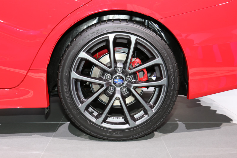 WRXには17インチと18インチの2種類のタイヤが設定されており、展示車は245/40 R18サイズのタイヤを装着していた