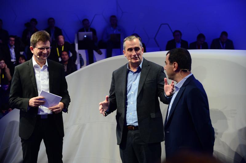 BMW記者会見での、BMW AG 研究開発担当 取締役 上級副社長 クラウス・フレーリッヒ氏(左)、Intel CEO ブライアン・クルザニッチ氏(中央)、Mobileye 共同創始者  アモン・シャシュア氏(右)(出典:Intel Corp.)