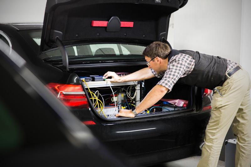 BMWのエンジニアが自動運転車のテスト車両をセットアップしているところ(出典:Intel Corp.)