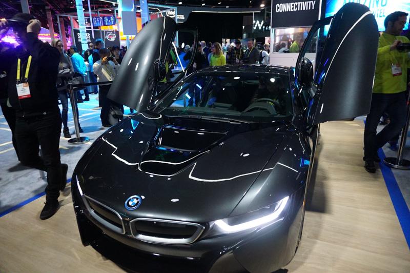 「CES 2017」Intelブースでのデモ。BMW i8に、MicrosoftのARデバイスとなるHoloLensを装着して自動運転の世界観を体験できるデモ