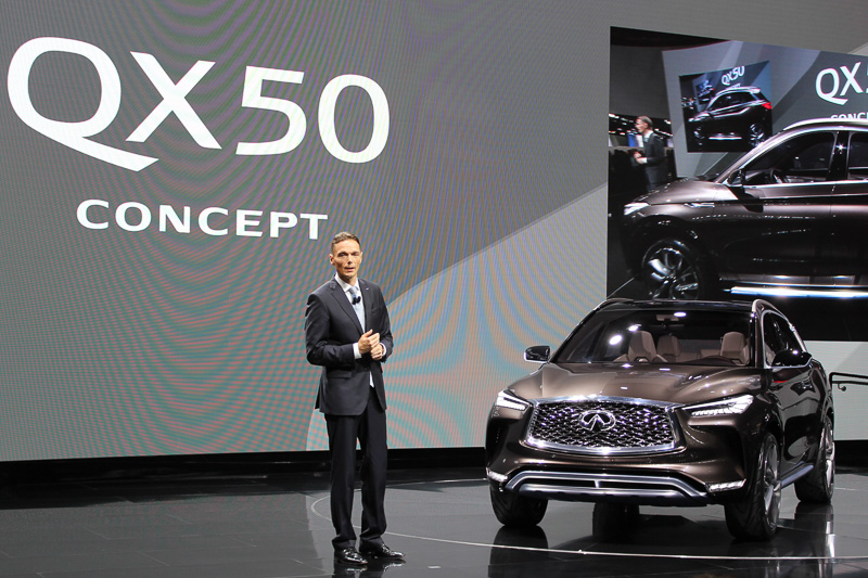 QX50コンセプトをお披露目するインフィニティ・モーター 社長 ローランド・クルーガー氏