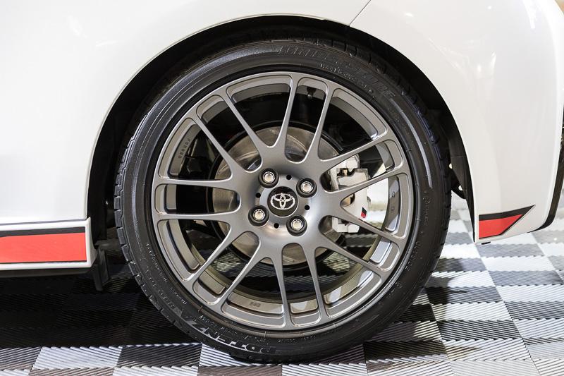 タイヤは前後とも205/45 R17。フロントブレーキはローター、キャリパーともに変更されている