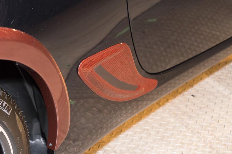 リアフェンダーガーニッシュは綾織りウェットカーボン樹脂製