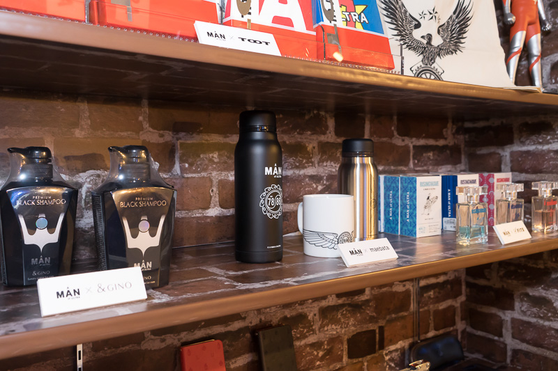 時計や眼鏡、アクセサリー、カーフレグランス、ボトルなどさまざまな限定コラボグッズが販売されている