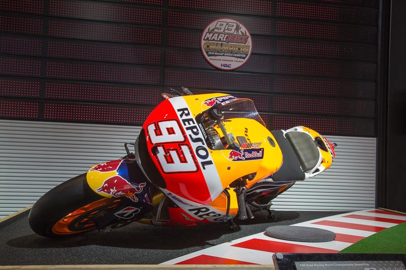 MotoGPの「RC213V」。こちらはフルバンクの状態を体感できる