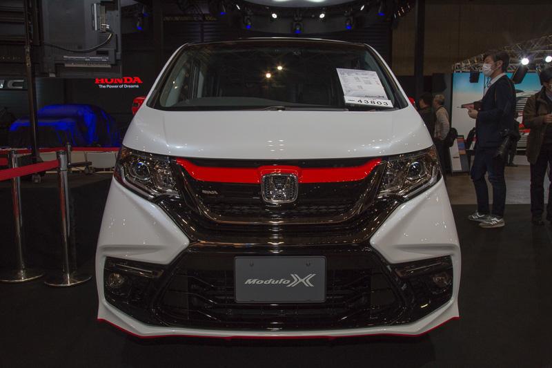 STEP WGN ModuloX-SpecialEditionは、FREED Modulo X Conceptと同じく白いボディに黒いルーフ、赤いラインという構成