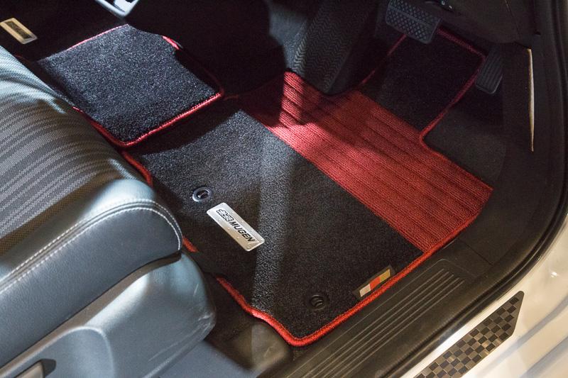 インテリアはカーボンのルームミラーカバーとシフトセレクターなどを使って変更されている