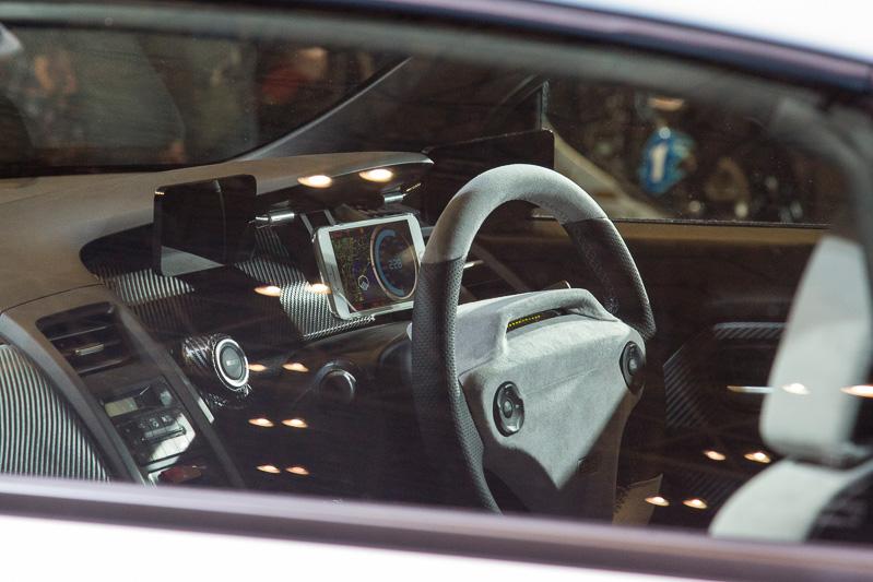 メーター周りはメインとなるメーター用モニターのほかに、両サイドのドアミラー用モニターを装着