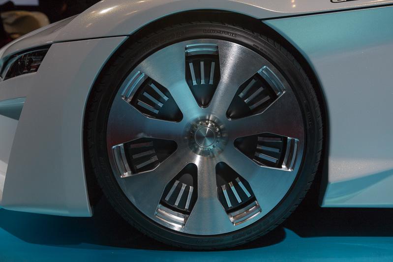 ホイールはセンターロック式。サイズはフロントが18インチの7J。リアが19インチの7J。タイヤサイズはフロントが215/35 R18、リアが215/35 R19