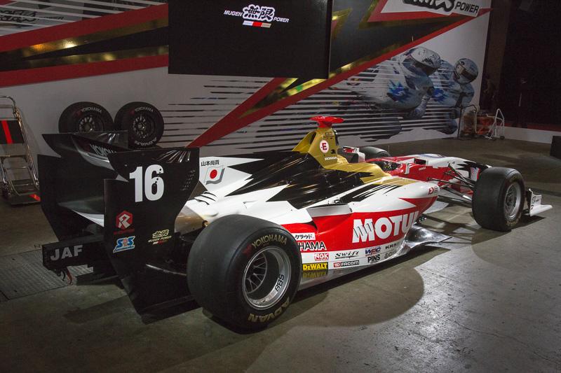 全日本スーパーフォーミュラ選手権のSF14も展示。これは16号車。無限ブースの目印はオブジェのように縦に設置されたSF14だ