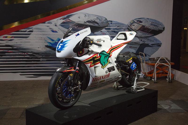 無限は電動バイクの開発も行なっていて、マン島TTレースのゼロエミッションクラスにも参戦している。車名は「神電・伍」で、カーボンのフレームは無限製。油冷式のブラシレスモーターを搭載しており、出力はPS換算で163.2PSとのこと
