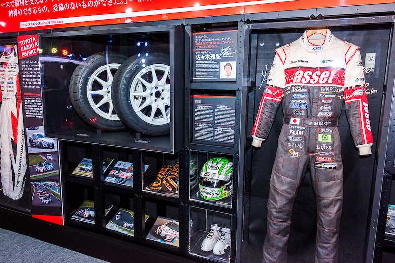 TOYOTA GAZOO Racing 86/BRZレースで佐々木雅弘選手が使用したタイヤやヘルメット、レーシングスーツ