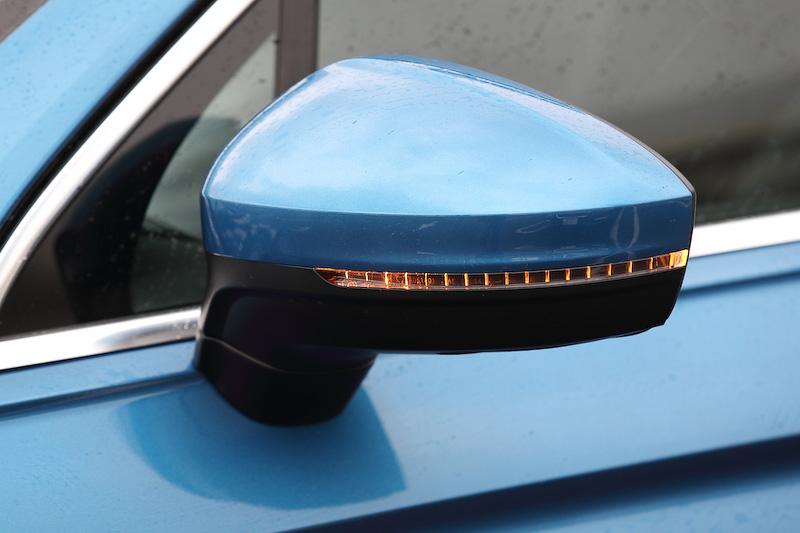 ターンシグナルランプ内蔵の電動格納式リモコンドアミラー(ヒーター、リバース連動機能[助手席]付)