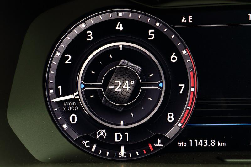 SUVらしくコンパス機能やタイヤ角の表示も可能