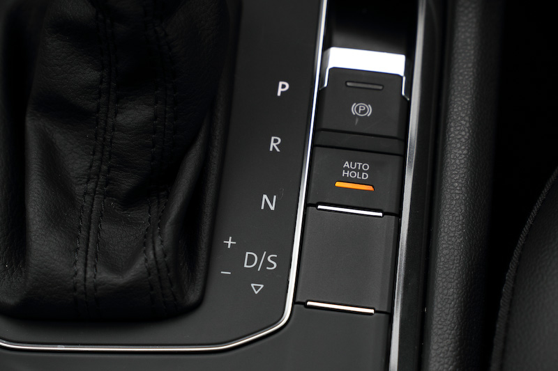 シフトまわりのスイッチで走行モードを変更したり、アイドリングストップ機能のON/OFFが可能。新型ティグアンでは電動パーキングブレーキを採用する