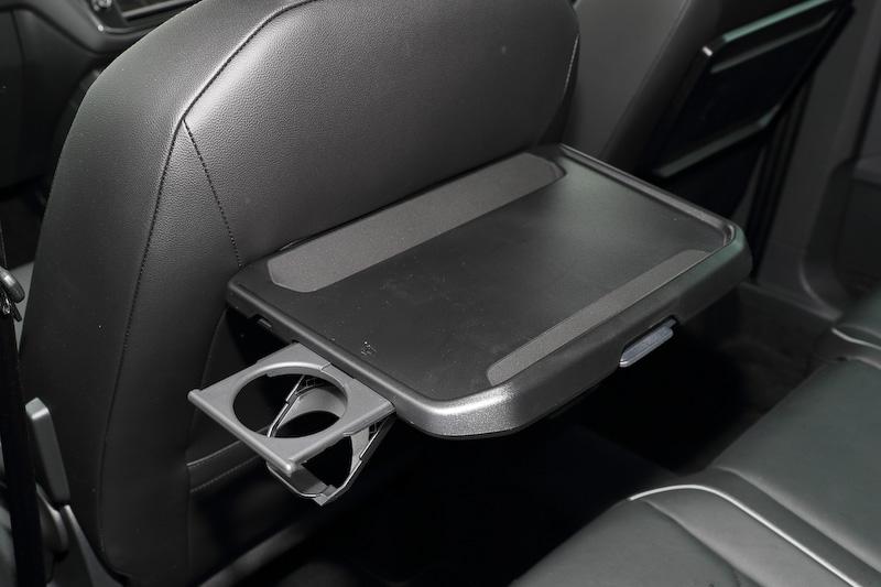 全車標準装備となるシートバックテーブルはカップホルダー付き。角度を調整してタブレットやスマートフォンで動画を視聴、なんてことも可能