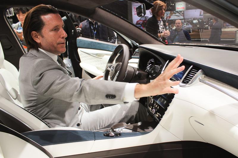 デトロイトショーで世界初公開した「QX50コンセプト」の車内で「運転席側はドライバーがクルマを支配していると感じさせる空間を意識した」と語るインフィニティ デザイン担当CVP アルフォンソ・アルベイザ氏
