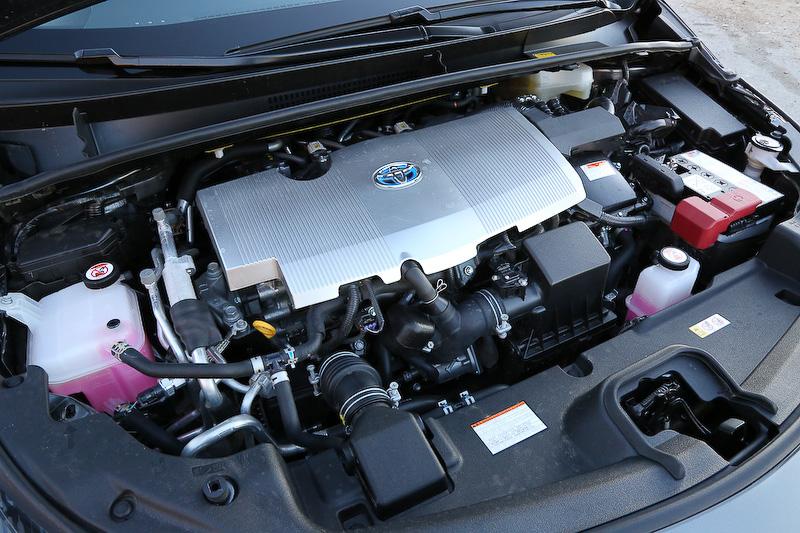 搭載エンジンは直列4気筒DOHC 1.8リッター。エンジンの最高出力&トルクは72kW(98PS)/5200rpm、142Nm(14.5kgm)/3600rpm。これに「1NM」モーター(72PS/163Nm)、「1SM」モーター(31PS/40Nm)を用いてより力強いEV走行を実現する「デュアルモータードライブシステム」を採用。EV走行距離は60km以上(目標値)、EV最高速は135km/h(テストコース等での計測)という数値が発表されている