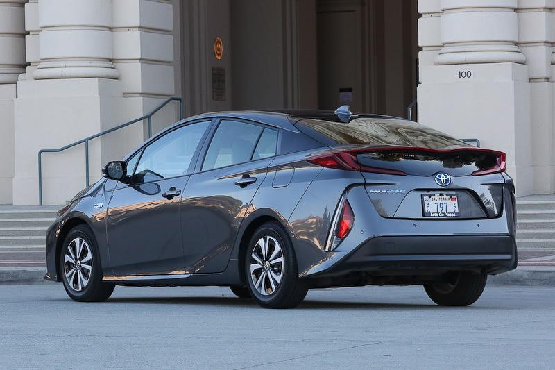 日本での発売を2月に予定する、外部充電を可能にしたプラグインハイブリッドカー「プリウス プライム(日本名:プリウス PHV)」。日本仕様のボディサイズは4645×1760×1470mm(全長×全幅×全高)、ホイールベース2700mm。乗車定員は4名