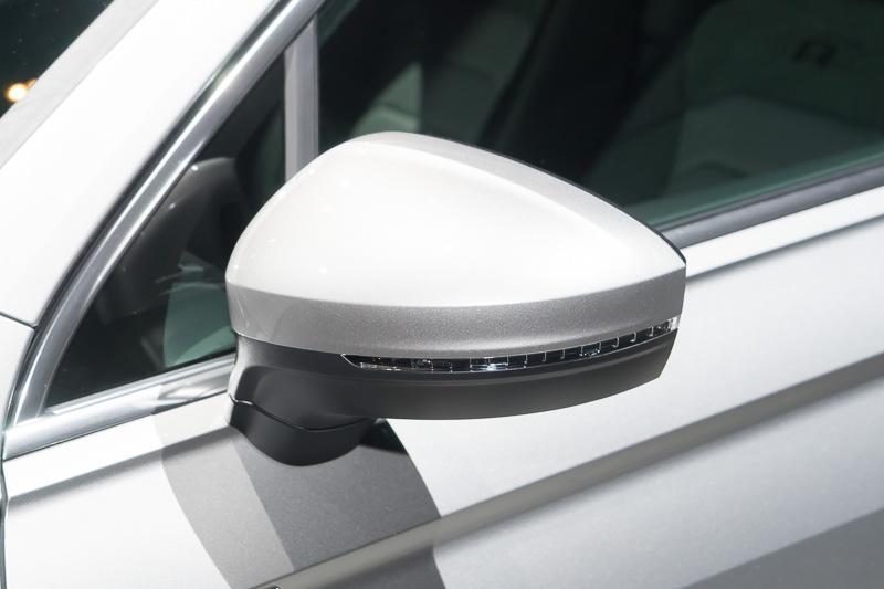 LEDウインカー付きのドアミラー。夜間乗降時にはミラー下部をランプが照らす
