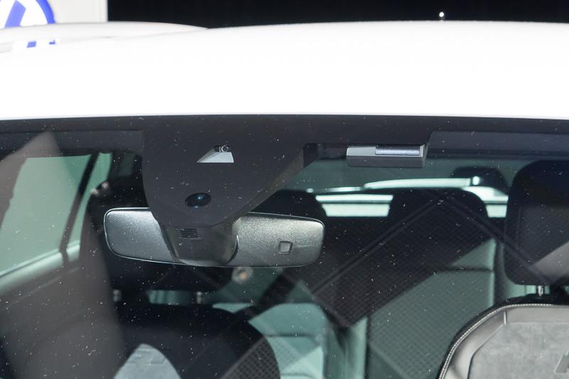 レインセンサー、レーンキープ用カメラ。右はTSI ハイライン以上で標準装備のETC2.0車載機用センサ