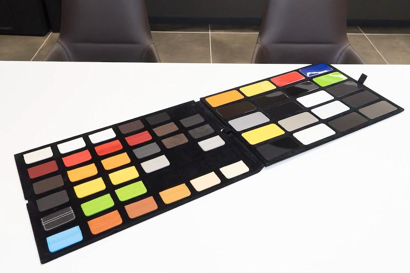 机上で確認できる小さなカラーサンプル。レザーのステッチも再現されている