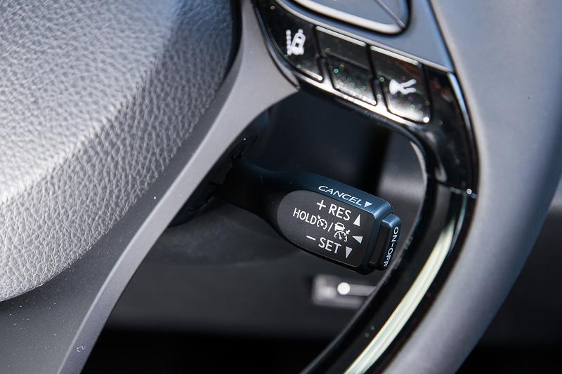 本革巻き3本スポークステアリングは全車に標準装備。同じく全車標準装備のレーダークルーズコントロールの操作スイッチをステアリング右側に配置