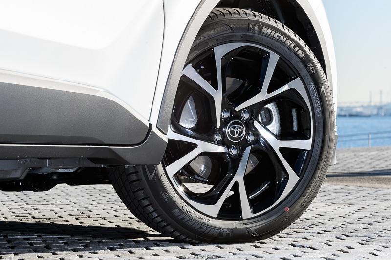 18インチホイールは切削光輝+ブラック塗装。タイヤサイズは225/50 R18